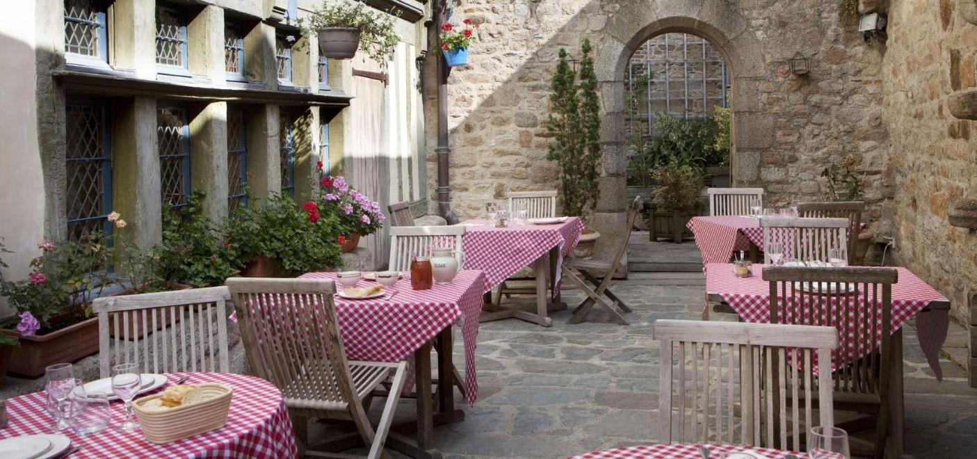 Auberge Saint-Pierre-terrasse extérieure restaurant-Les Pieds dans l'Eau