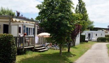 Camping de La Plage Trinité-allée de locatifs-Les Pieds dans l'Eau