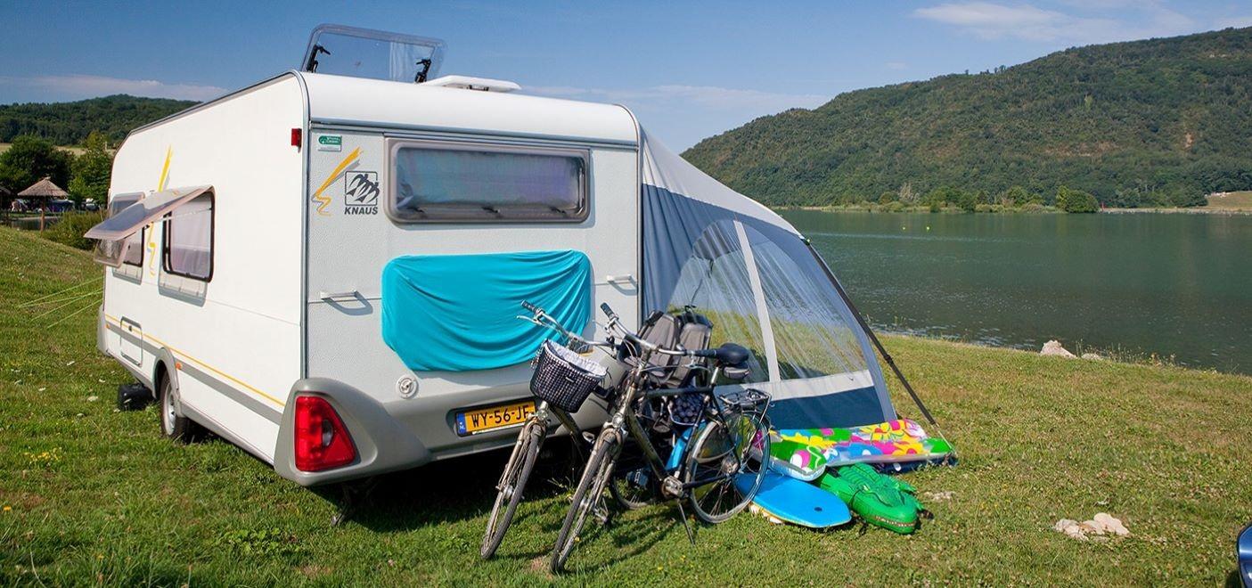 Camping du Lac du Lit du Roi-emplacement de camping car avec vue sur le lac-Les Pieds dans l'Eau 2
