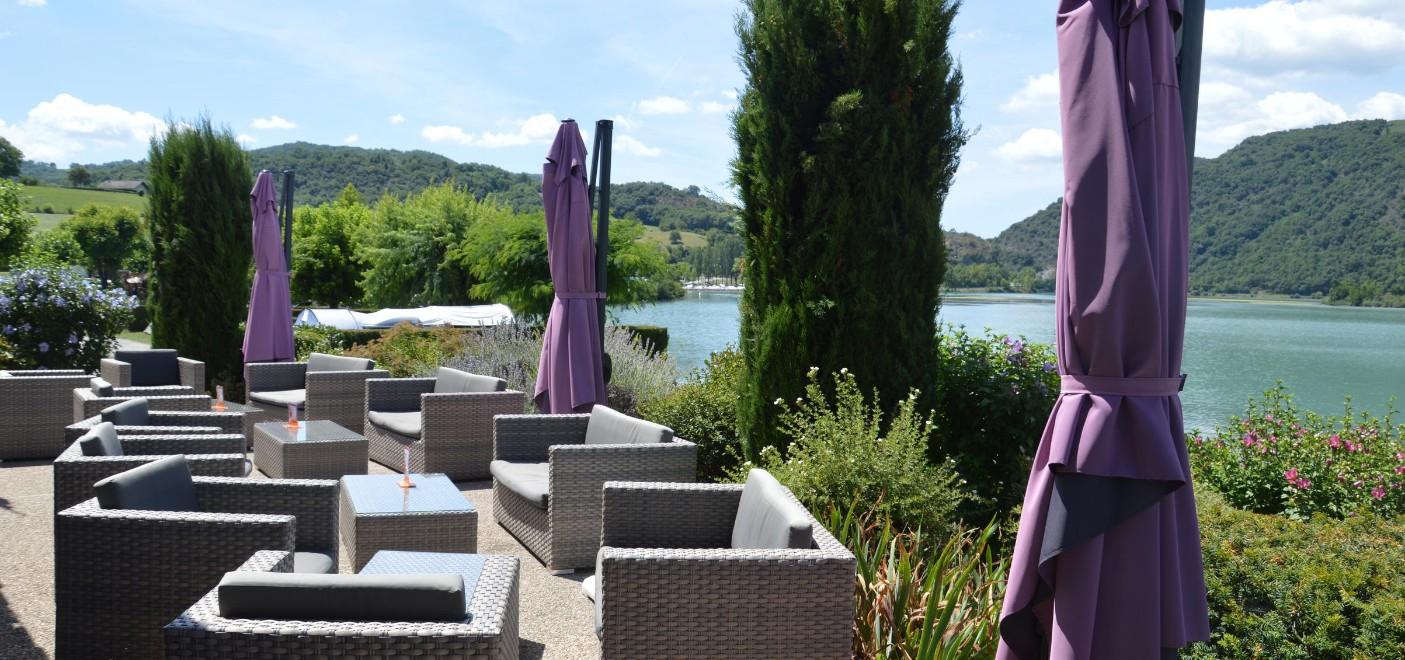 Camping du Lac du Lit du Roi-terrasse de bar avec vue sur le lac-Les Pieds dans l'Eau
