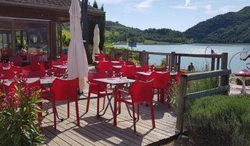 Camping du Lac du Lit du Roi-terrasse de restaurant avec vue sur le lac-Les Pieds dans l'Eau
