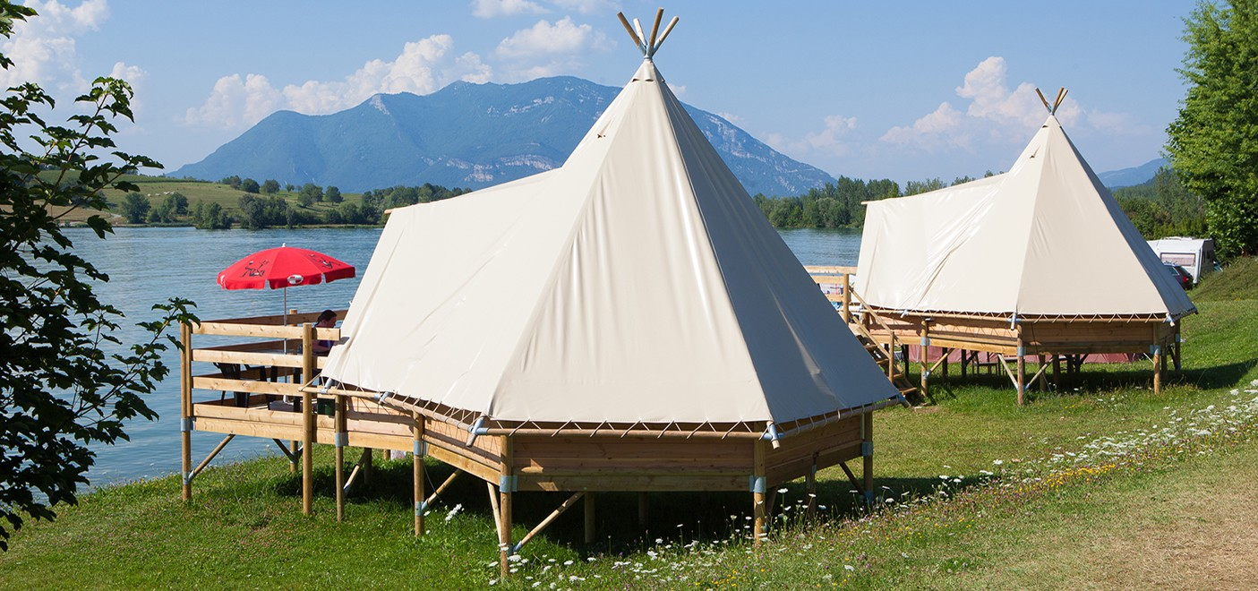 Camping du Lac du Lit du Roi-Tipis vue lac-Les Pieds dans l'Eau