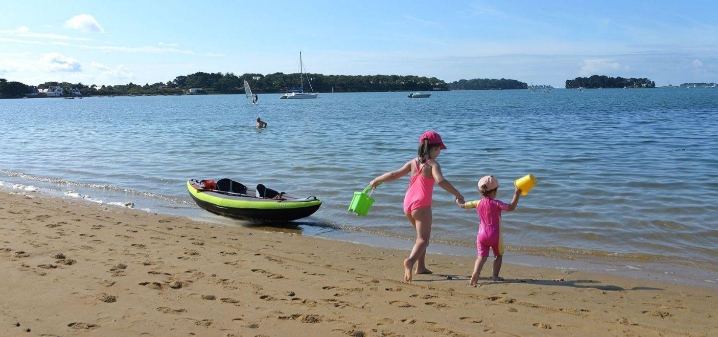Camping Ker Eden-enfants sur la plage-Les pieds dans l'eau