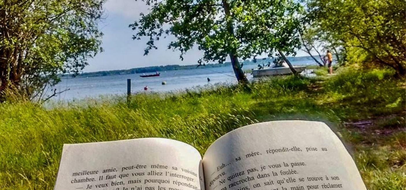 Camping La Calède-Lecture en bord de lac-Les pieds dans l'eau