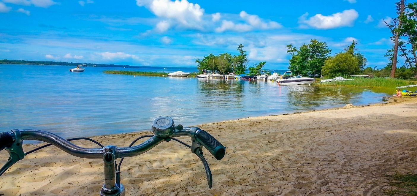Camping La Calède-Vélo en bord de lac-Les pieds dans l'eau