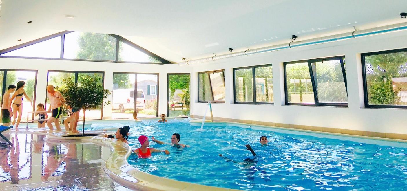 Camping La Plage de Treguer-piscine couverte-Les Pieds dans l'Eau