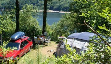 Camping La Source-emplacement avec vue sur le Lac de Sarrans-Les Pieds dans l'Eau