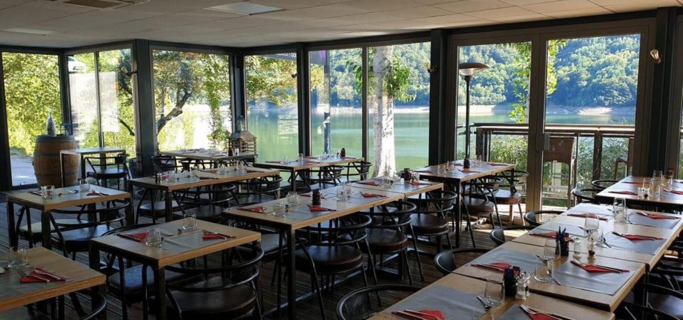 Camping La Source-restaurant avec vue sur le Lac de Sarrans-Les Pieds dans l'Eau