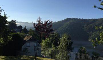 Camping La Source-vue sur le Lac de Sarrans-Les Pieds dans l'Eau