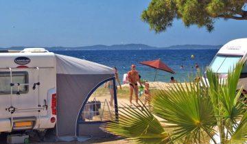 Camping Le Pansard-emplacement en bord de mer-Les Pieds dans l'Eau 3