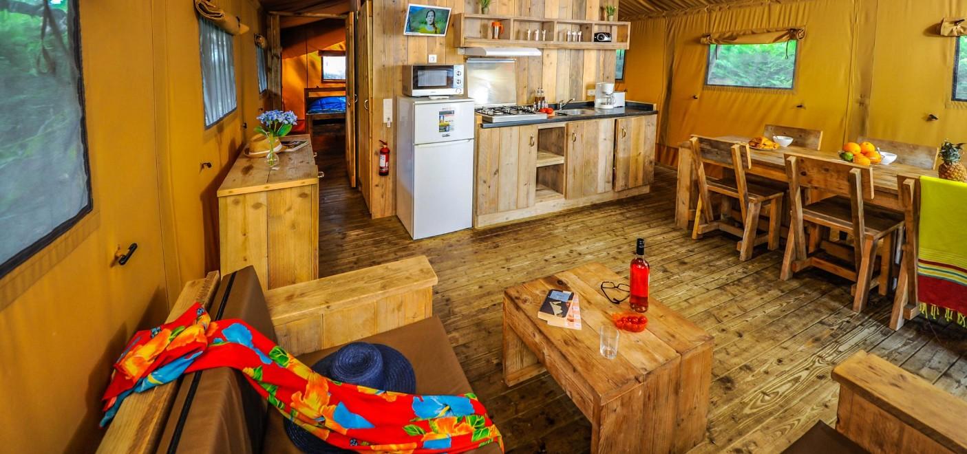 Camping Le Vieux Port-intérieur locatif-Les Pieds dans l'Eau