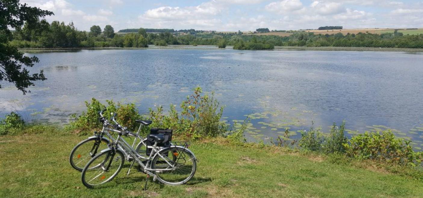 Camping Les Puits Tournants-balade à vélo en bordure d'étang-Les Pieds dans l'Eau