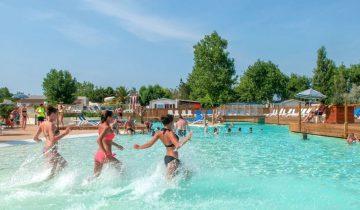 Camping Méditerranée Plage-piscine-Les pieds dans l'eau