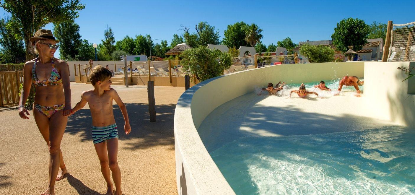 Camping Méditerranée Plage-torrent aquatique-Les pieds dans l'eau