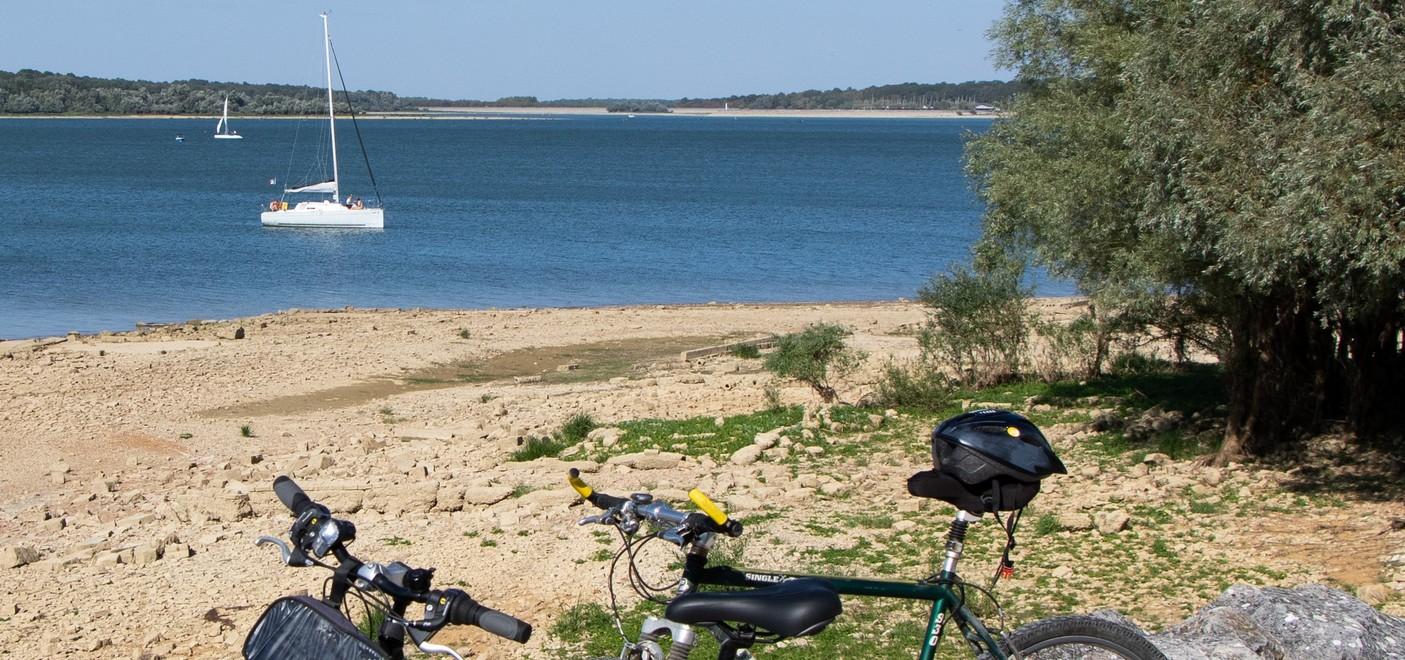 Camping Presqu'île de Champaubert-balade à vélo en bord de lac-Les Pieds dans l'Eau