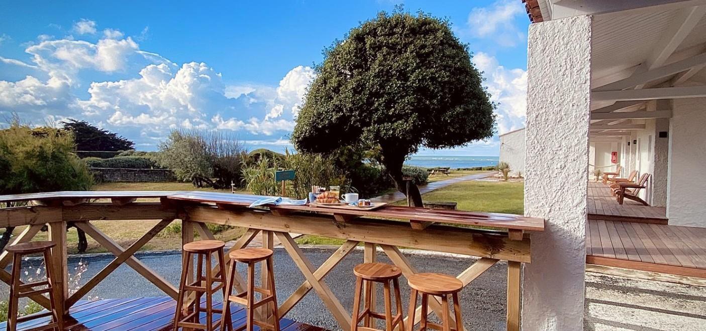 Hôtel de Lumière-petit déjeuner vue mer-Les Pieds dans l'Eau 2