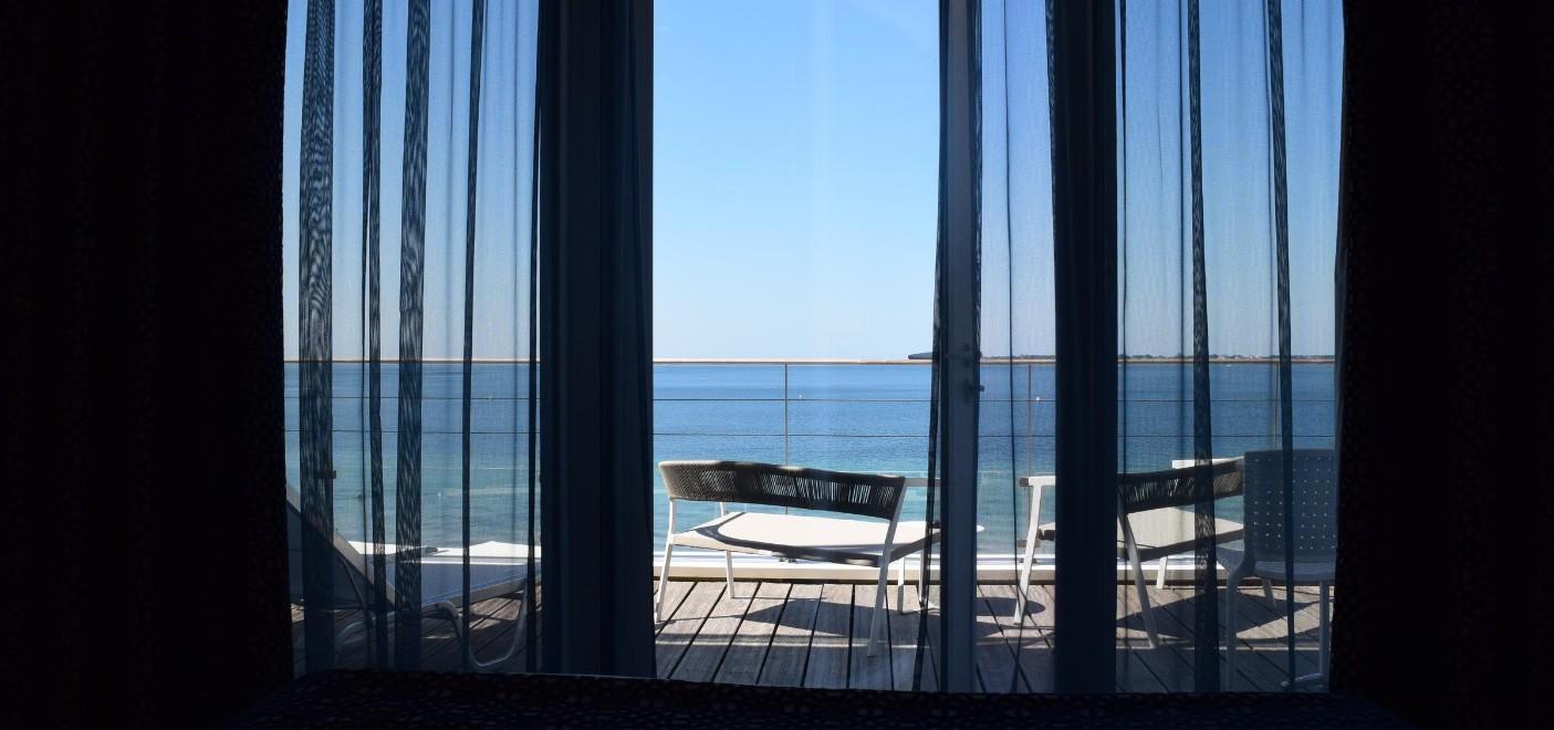 Hôtel Les Sables Blancs-baie vitrée vue mer-Les Pieds dans l'Eau