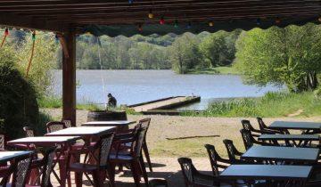 Camping Lac de Saint-Point-guinguette vue sur le lac-Les pieds dans l'eau