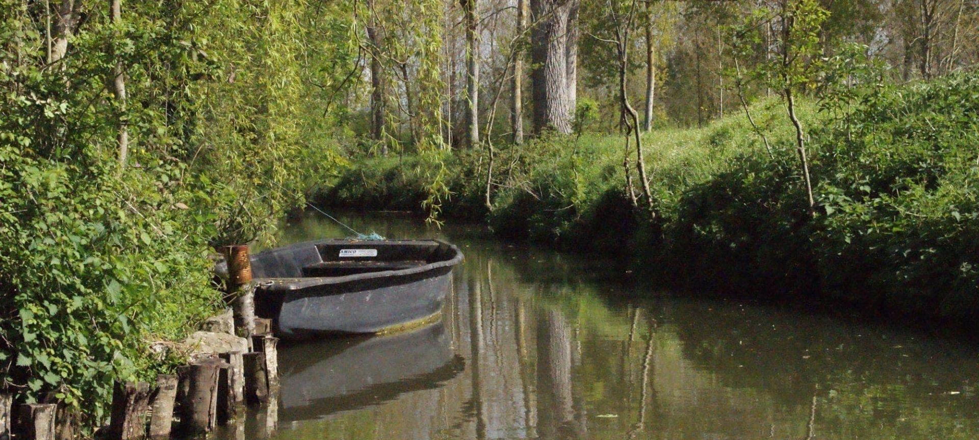 Camping Les Conches-Barque amarrer-Les pieds dans l'eau2