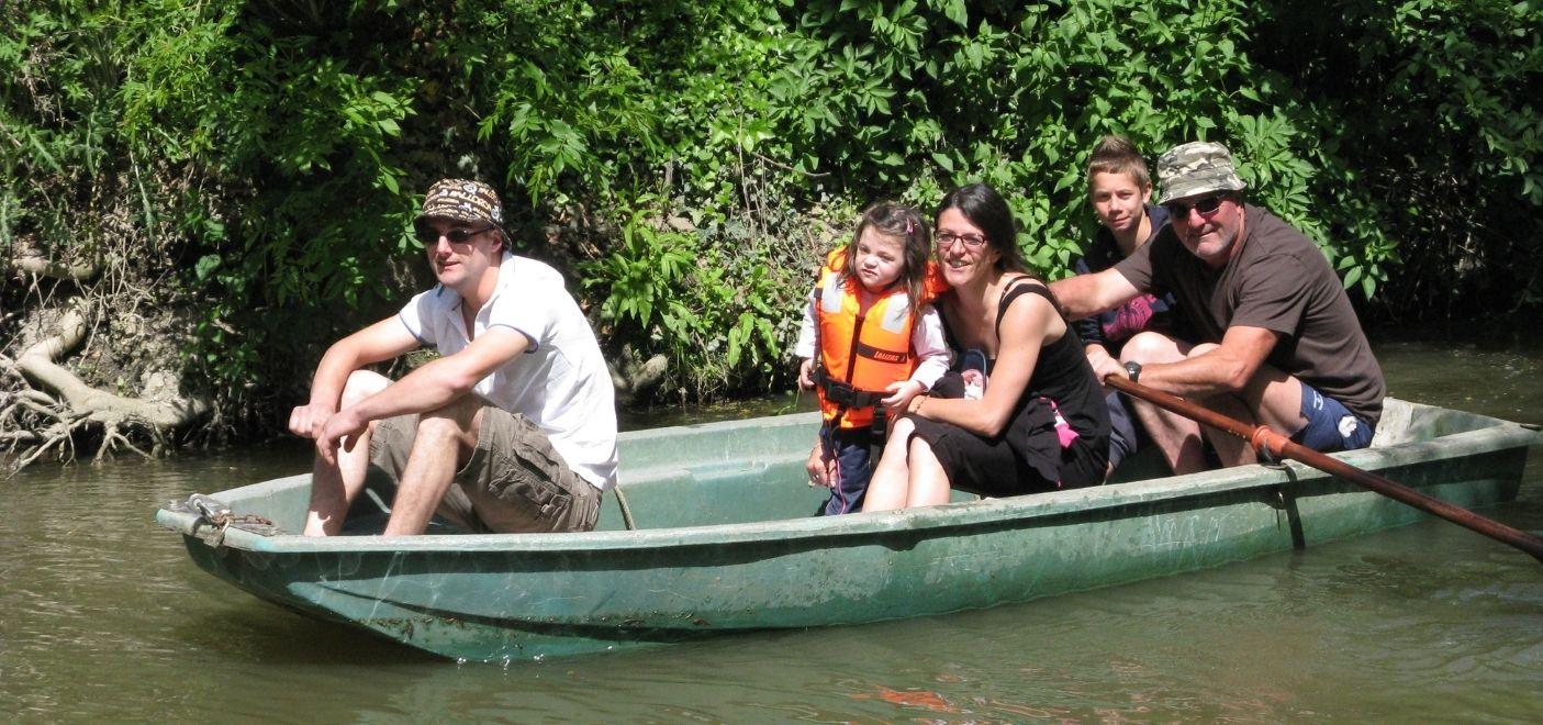 Camping Les Conches-barque sur la rivière-Les pieds dans l'eau