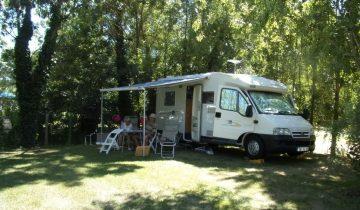 Camping Les Conches-Emplacement en bord de rivière-Les pieds dans l'eau