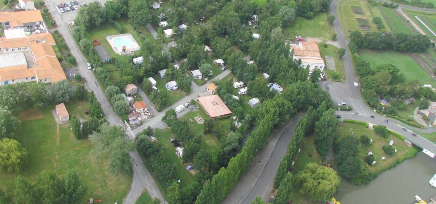 Camping Les Conches-vue aérienne-Les pieds dans l'eau
