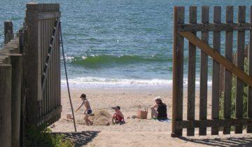 Camping La Falaise-portail d'accès à la plage-Les pieds dans l'eau