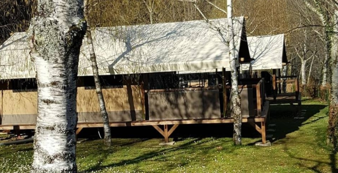 Les Pieds Dans L'eau : Camping La Source CabaneLes Pieds dans l'eau : Camping La Source - cabane