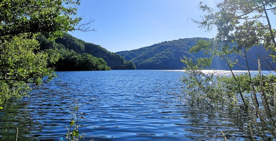 Les Pieds dans l'eau : Camping La Source - lac therondels