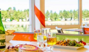 Camping Le Fanal - Restaurant vue lac - Les pieds dans l'eau