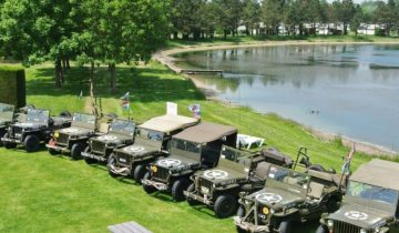 Camping Le Fanal - Véhicules militaires bord de lac - Les pieds dans l'eau