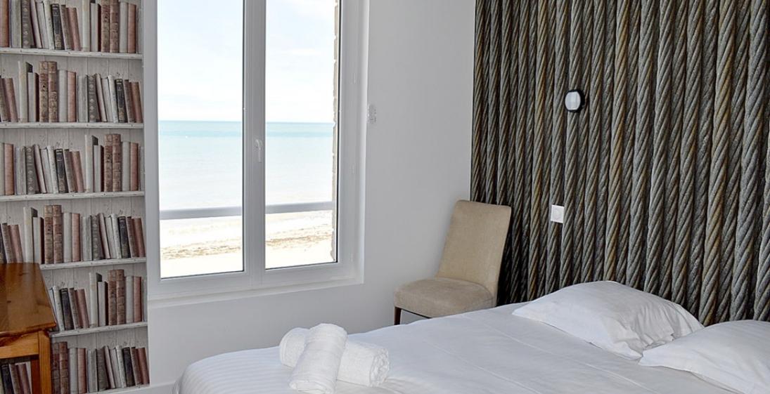 Les pieds dans l'eau : Hotel Clos Normand Normandie - chambre vue mer
