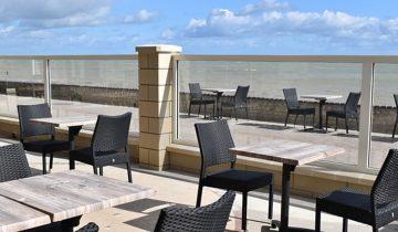 Les pieds dans l'eau : Hotel Clos Normand Normandie - brasserie vue mer