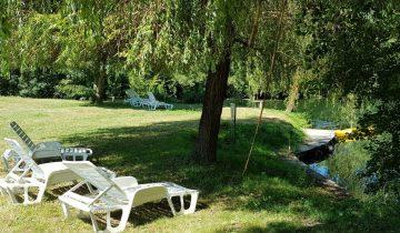 Camping Dordogne Verte-Transats au bord de l'eau-Les pieds dans l'eau