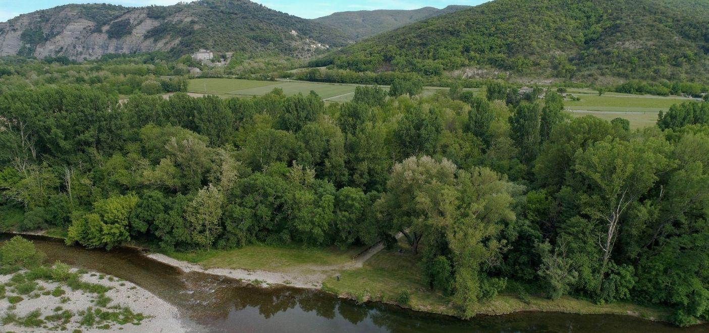 Camping Le Chassezac-vue aérienne rivière-Les pieds dans l'eau