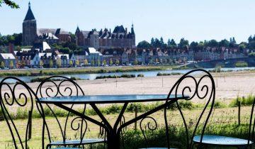 Camping Touristique de Gien-Table vue Loire-Les pieds dans l'eau