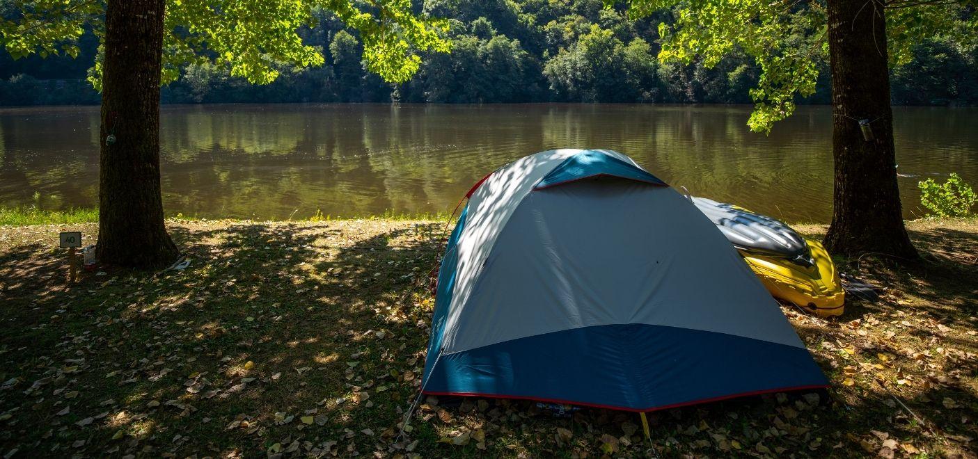 Camping Le Gibanel - Emplacement avec vue sur la rivière - Les pieds dans l'eau
