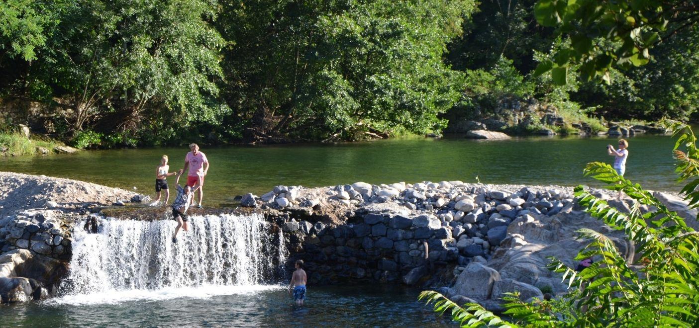 Camping Le Ventadour - cascade - Les pieds dans l'eau