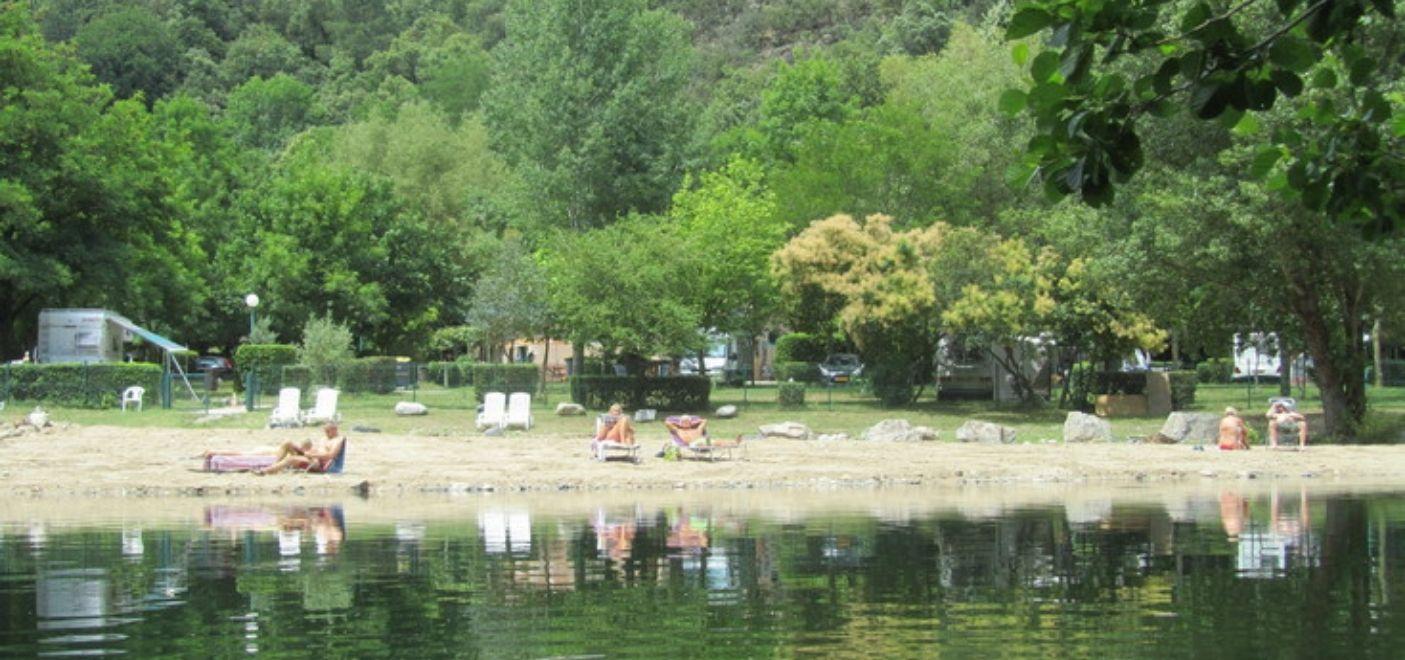 Camping Le Ventadour - plage en bord de rivière - Les pieds dans l'eau