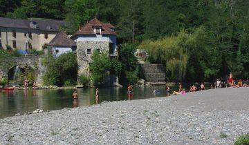 Camping Pyrénées Passion - Plage en bord de rivière 2- Les pieds dans l'eau
