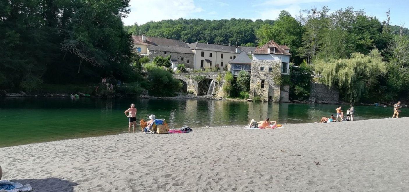 Camping Pyrénées Passion - Plage en bord de rivière - Les pieds dans l'eau