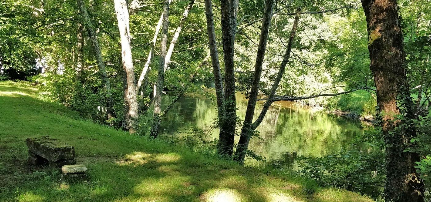 Camping Brantôme Peyrelevade - bord de rivière - Les pieds dans l'eau