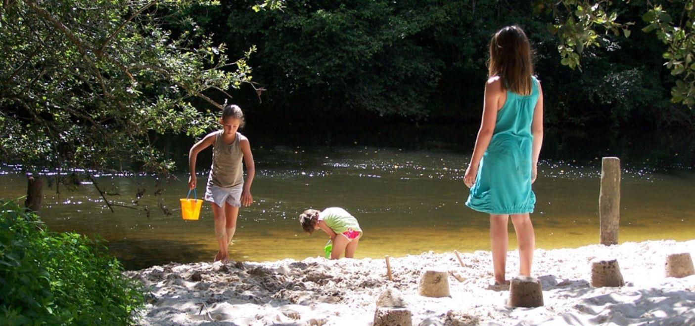 Camping Brantôme Peyrelevade - plage aménagée - Les pieds dans l'eau
