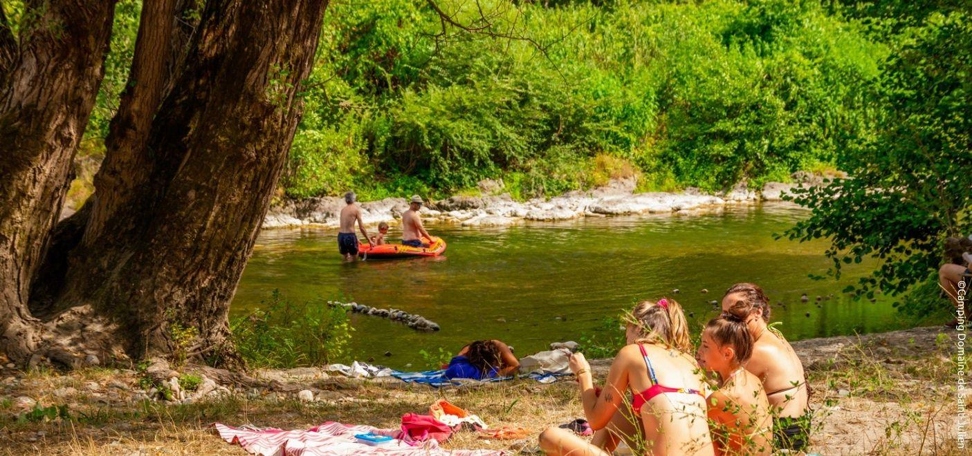 Camping Domaine de Saint-Julien - Plage naturelle - Les pieds dans l'eau