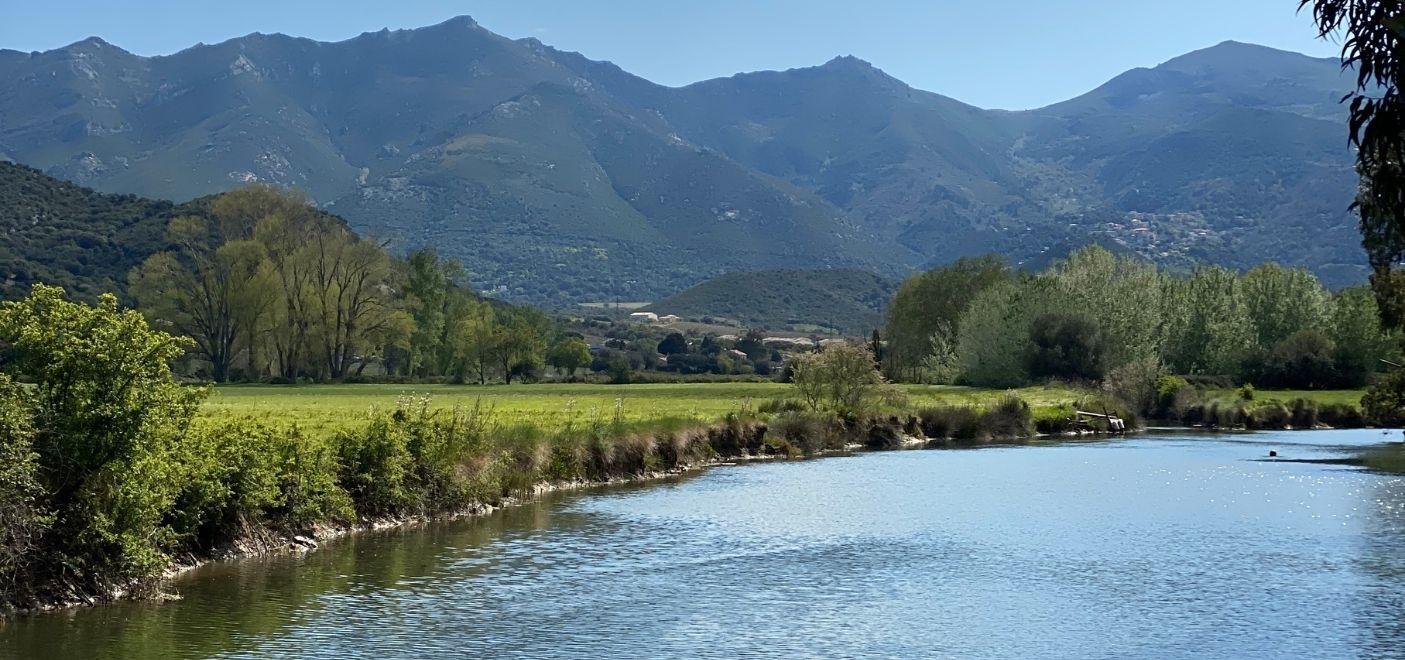 Camping La Pinède -rivière et montagnes-Les pieds dans l'eau