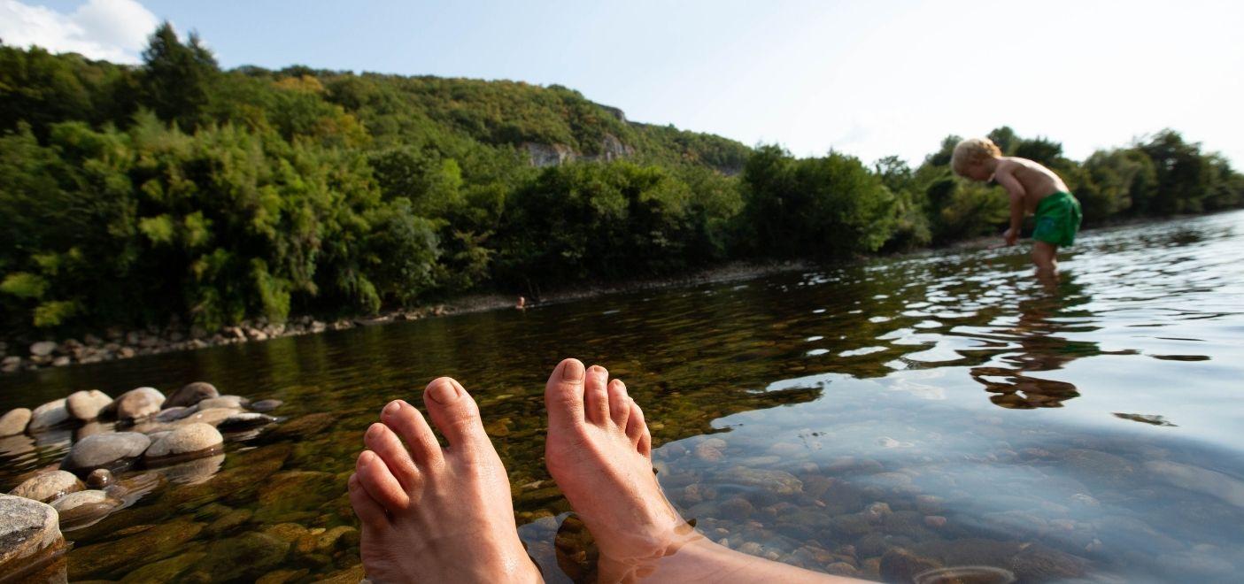 Camping Les Chalets sur la Dordogne - baigande en rivière- Les pieds dans l'eau