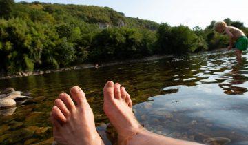 Camping Les Chalets sur la Dordogne - baigande en rivière- Les pieds dans l'eau2