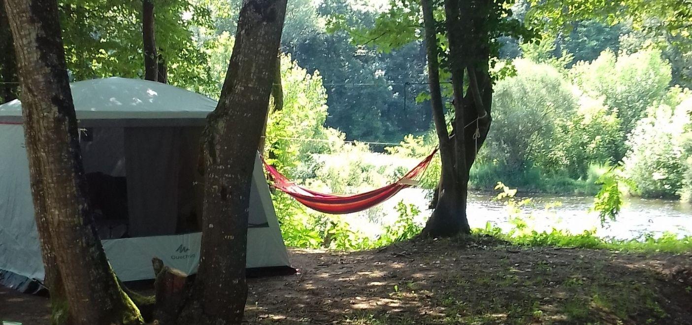 Camping Les Chalets sur la Dordogne - Emplacements bord de rivière- Les pieds dans l'eau
